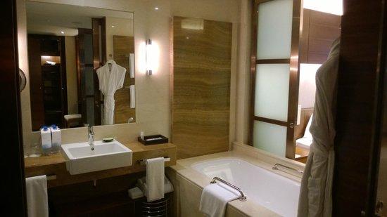 The Westin Guangzhou: The bathtub