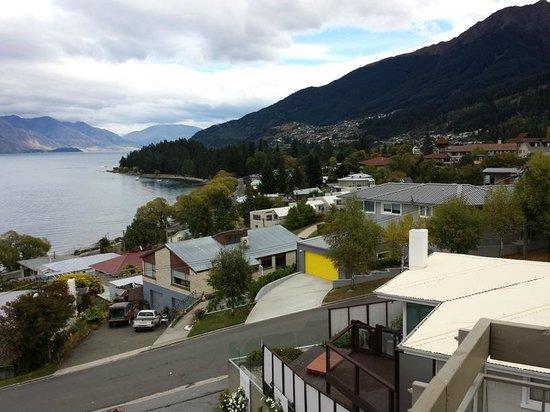 Earnslaw Lodge: View of Lake Wakatipu from the back balcony