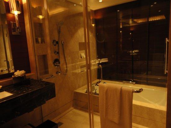 The Leela Ambience Gurugram Hotel & Residences : bathroom