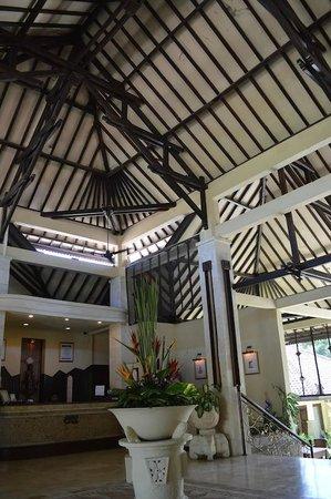 COOEE Bali Reef Resort : klassisch luftige Architektur der Empfangshalle