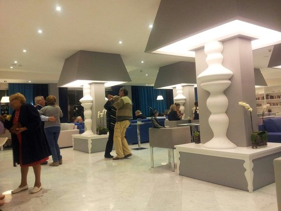 Hotel Atlantic Palace : Newly rennovated bar area.