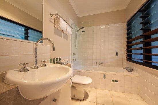 كافانباه بيتش هاوس: terrace room with bath en suite with front verandah