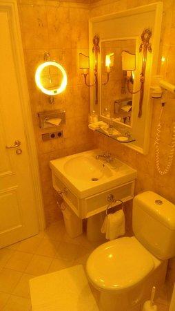 Hotel Excelsior: Lovely bathroom.