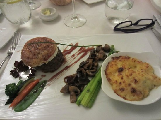 Bistrot Caraibes: Goat cheese topped beef