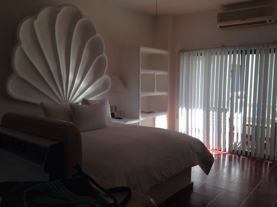 Bahia Hotel & Beach House: Un-renovated room. Decent quality