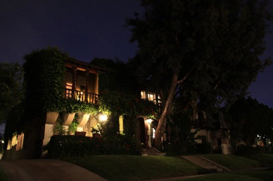 Buky House Bed & Breakfast: Buky House at night