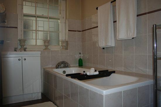Four Oaks Guest House: bathroom