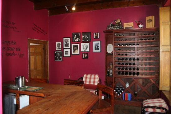 Four Oaks Guest House: Bar