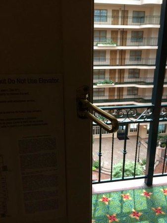 Embassy Suites by Hilton Anaheim North : Broken security latch