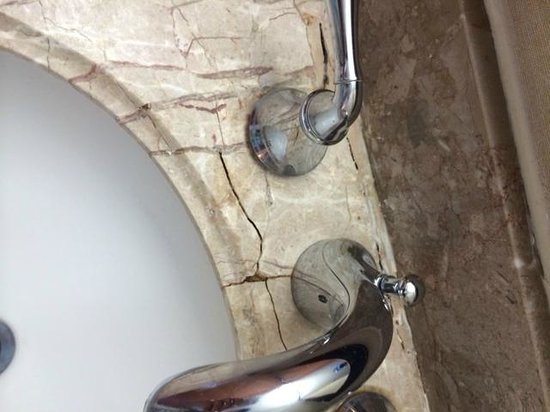 Embassy Suites by Hilton Anaheim North: Broken Sink