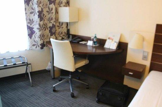 ACHAT Premium City-Wiesbaden: Room desk