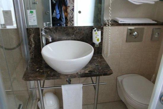 ACHAT Hotel City - Wiesbaden: Small bathroom