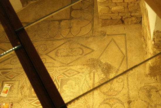 Moschee-Kathedrale (Mezquita de Córdoba): Peek onto Roman flooring that is supposed to offer proof this was originally a church