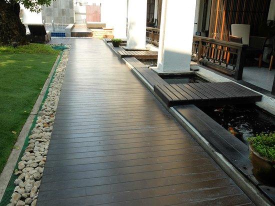 De Lanna Hotel, Chiang Mai: walkway to ground floor rooms, facing pool
