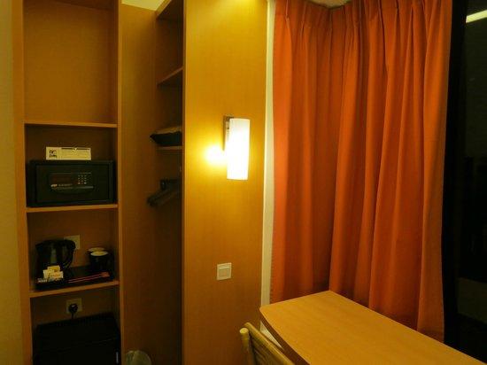 Ibis Singapore on Bencoolen: Safe box and closet