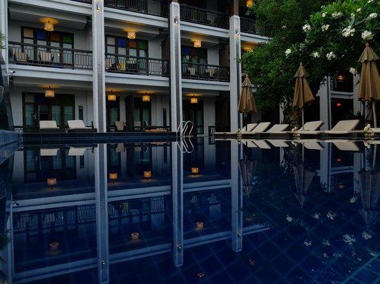 De Lanna Hotel, Chiang Mai: sunset pool reflections