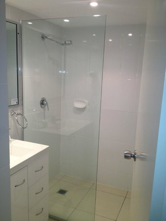 Noosa Keys Resort : Walk in shower