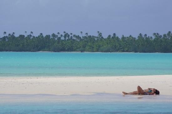 Aitutaki Lagoon: Sun bathing on the white sand in Aitutaki