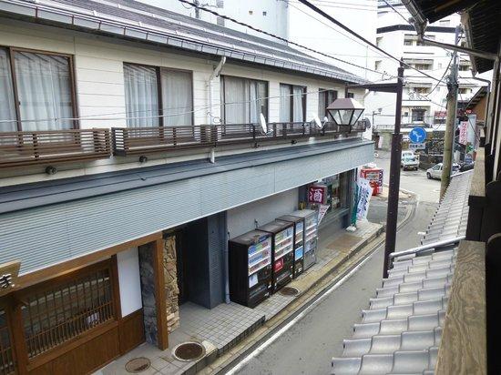 Koizumikan: 右奥に湯畑が見えます