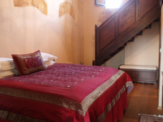 Spirit of the Knights Boutique Hotel: bed & stairs to balcony area