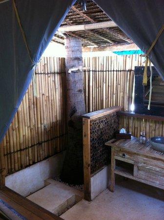 La Cocoteraie Ecolodge: shower under coconut tree (no hot water)