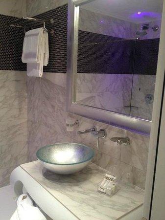 Carnival Palace Hotel: Hotel Carnival Bathroom
