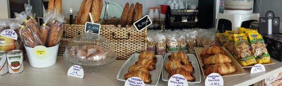 Soletico takeaway: Croissant de mantequilla francés. ..chuchos de crema....todos productos recién horneados