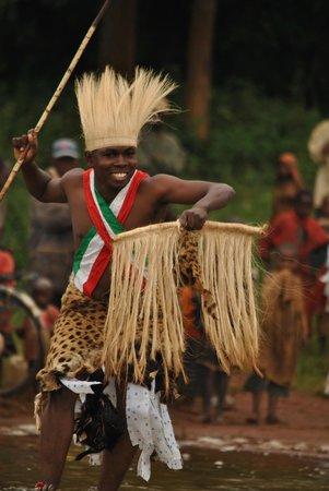 Бурунди: Pour illustre  l'épreuve du chef guerrier, je participe personnellement à la performance en dans
