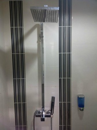 Hotel Bahagia: Power shower :)