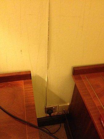 Europa Gatwick Hotel: Peeling Wallpaper