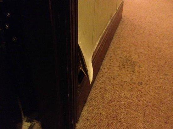 Europa Gatwick Hotel: peeling Wallpaper showing 4 or 5 layers of wallpaper