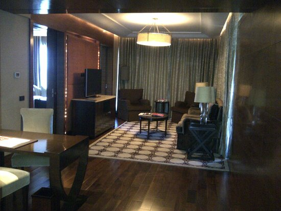 The Leela Ambience Gurugram Hotel & Residences : Club room/suite