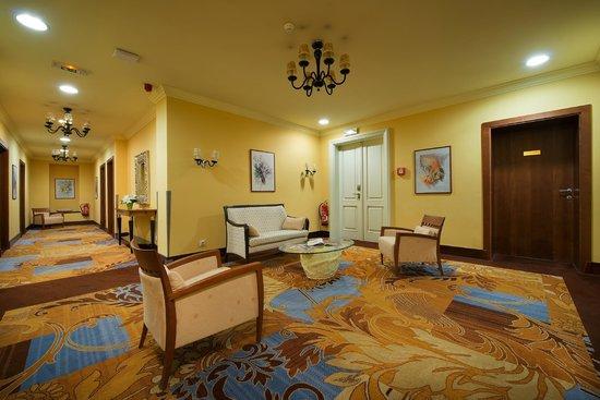Grand Hotel Zvon: Hotel corridor