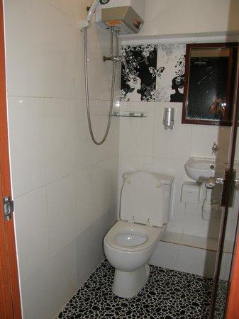 Day and Night Hotel: Ванная комната оборудована обогревателем, вытяжкой, нормальная сантехника, есть гель для душа