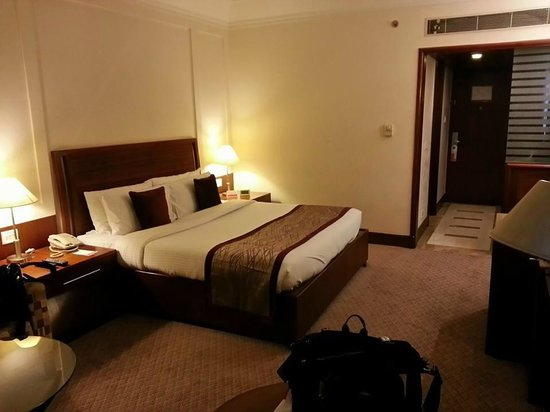 Ramada Plaza JHV : Spacious and clean room