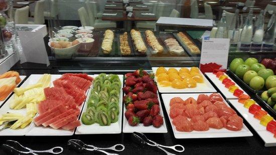 NH Valencia Las Ciencias : brakfast -fruits variety