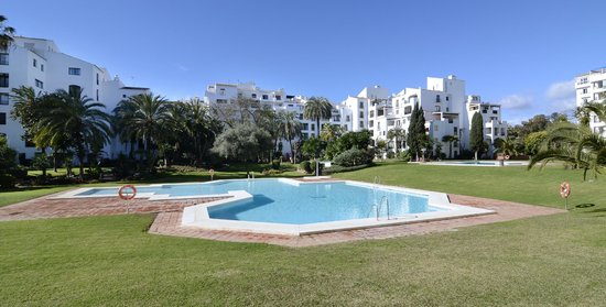 Club Jardines del Puerto: Garden and pool