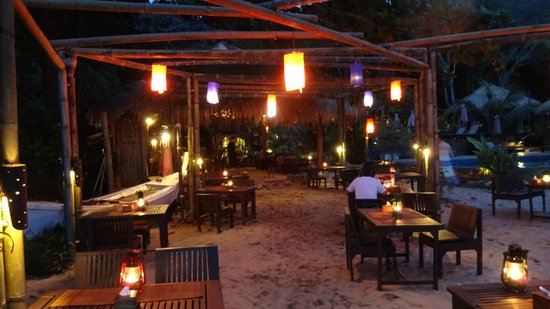 LaLaanta Hideaway Resort: The restaurant is located next to the oceanfront. Nice and relaxed place