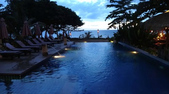 LaLaanta Hideaway Resort: The pool looks like it's continuous with the ocean if you look it in the right angle