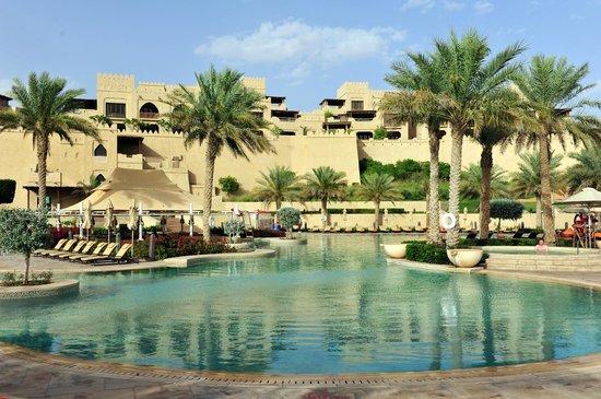 Qasr Al Sarab Desert Resort by Anantara: Piscina