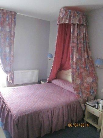 Hotel de l'Esperance: кровать в номере