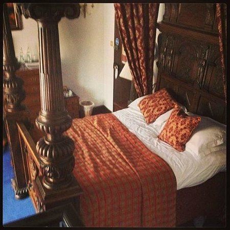 Noel Arms Hotel: the grand bed