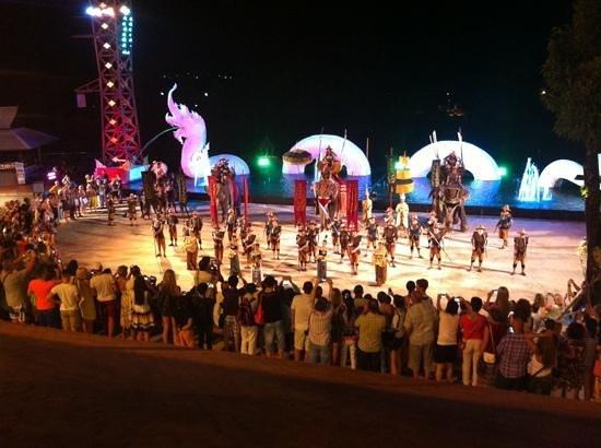 Siam Niramit Phuket: War parade