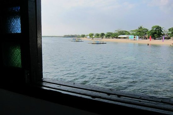 Stilts Calatagan Beach Resort : a view of the beach from our floating cottage