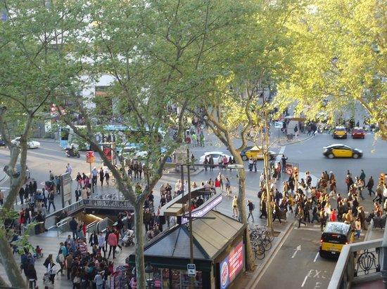 Hotel Continental Barcelona: vista desde el balcón de la rambla principal de la ciudad