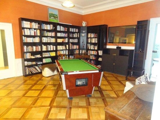 Hotel Le Beau Site: Pool and tv room