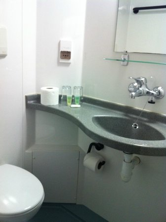 The Omega Hotel: Compact bathroom, complimentary toiletries