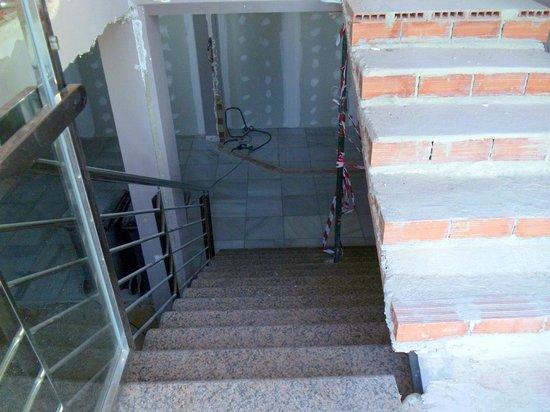 Don César Apartments: Stairs down the the reception