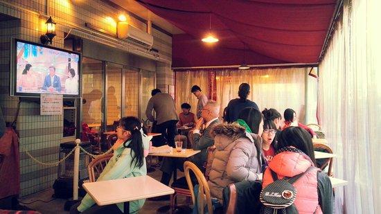 Sakura Hotel Ikebukuro: breakfast scene at sakura cafe