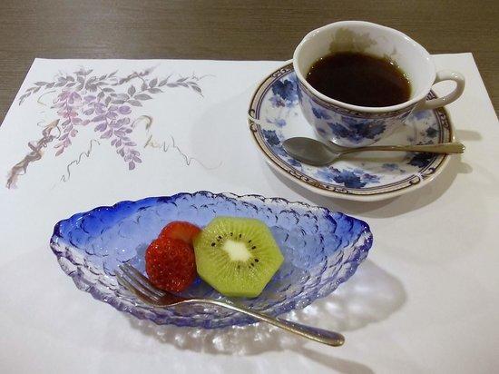 Fulets Awajiso: 夕食(果物:苺、キウイ、コーヒー)